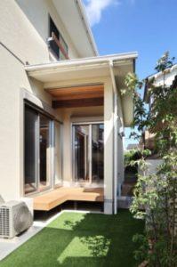 ※「屋根があり、3方向が閉鎖的」に該当し、建築面積にふくまれるウッドデッキの例
